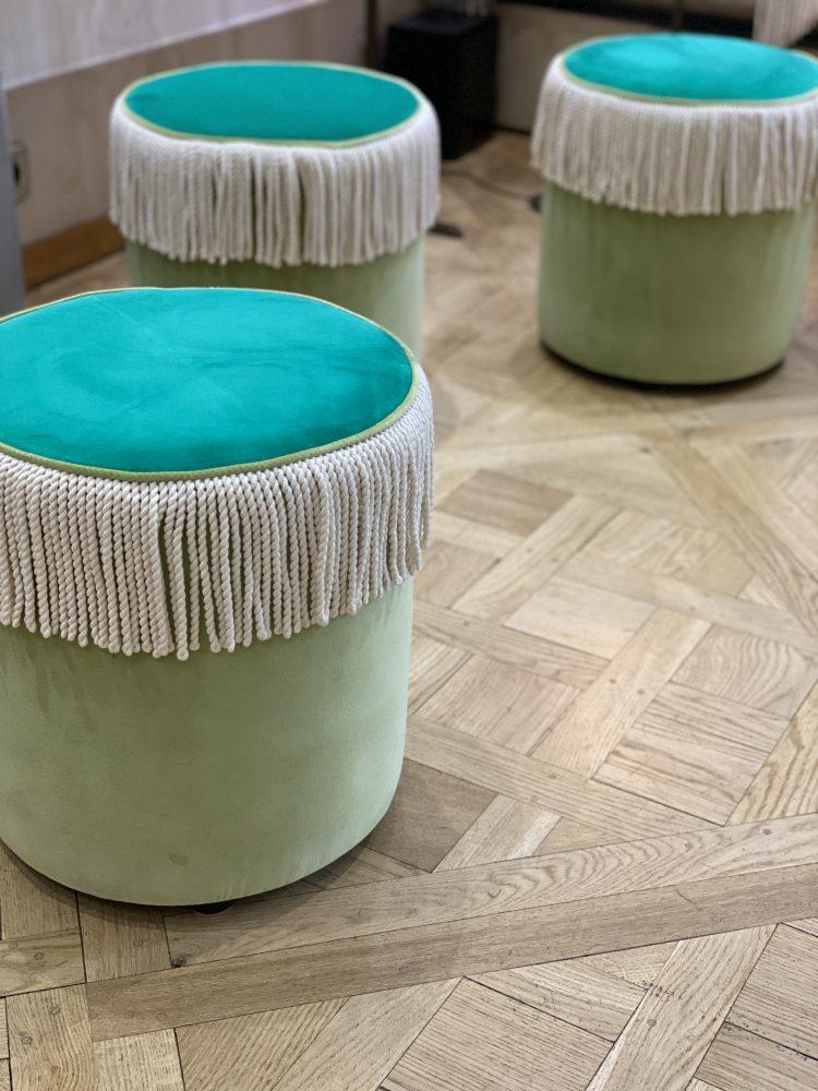 LIGATI/JENIFER pouf à frange en velours bicolore (95,50€)